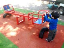 un garçon joue dans le jardin Photographie stock libre de droits