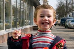 Un garçon joyeux dans la rue Photographie stock