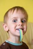 Un garçon mangeant des sucettes de gelée image libre de droits