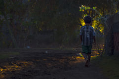 Un garçon marchant sur un chemin de saleté Image libre de droits
