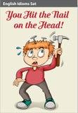 Un garçon martelant sa tête Images stock