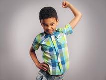 Un garçon menaçant par son poing photographie stock libre de droits