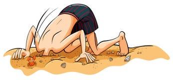 Un garçon mettant son visage dans le sable Image libre de droits