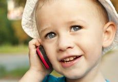 Un garçon parlant du téléphone Images libres de droits
