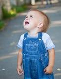 Un garçon pleurant détruit dans la rue photos libres de droits