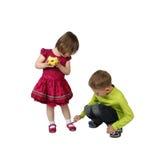 Un garçon plus âgé attache la chaussure sur le pied de petite soeur Photo libre de droits