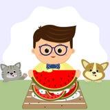 Un garçon portant des lunettes et un noeud papillon s'assied à une table et mange une pastèque D'un plat de peau de pastèque, un  illustration stock