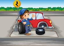 Un garçon réparant une voiture à la ruelle piétonnière Photo libre de droits