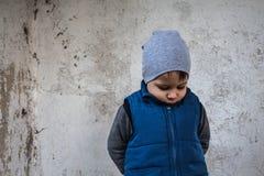 Un garçon se tient dans le coin offensé photos libres de droits