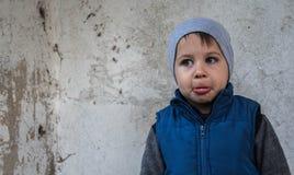 Un garçon se tient dans le coin offensé photos stock