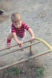 Un garçon sur la cour de jeu Photo libre de droits