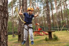 Un garçon sur un obstacle dans une ville de corde photographie stock