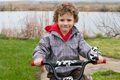 Un garçon sur une bicyclette image libre de droits