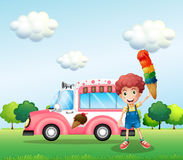 Un garçon tenant un cône avec des couches multiples de crème glacée  Photo stock
