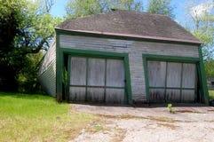Un garage abbandonato di due automobili Immagine Stock Libera da Diritti