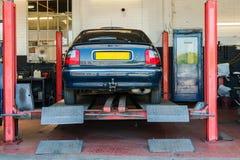 Un garage de réparation de voiture Photographie stock libre de droits