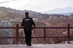 Un garde de sécurité chinois Is Viewing Landscape photographie stock