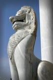 Un gardien thaïlandais de porte de temple sous forme de lion Images stock
