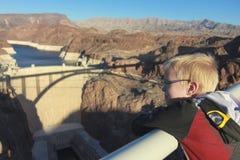 Un garçon regarde le barrage de Hoover au Nevada Images libres de droits