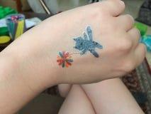 Un gato y un tatto de la flor imagen de archivo libre de regalías