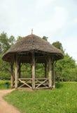 Un gazebo en bois dans le patrimoine Mikhailovskoe de stationnement. Image stock