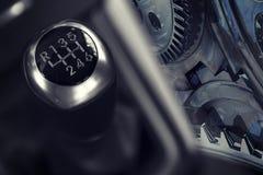un gearstick di 6 velocità di un'automobile Fotografie Stock Libere da Diritti