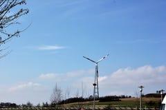 Un generatore eolico o generatore eolico Fotografie Stock Libere da Diritti