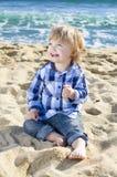 Un gentil garçon sur la plage Photo libre de droits