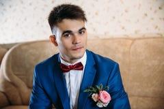 Un gentil type avec les yeux bruns et les cheveux foncés regarde mystérieusement dans l'appareil-photo Il est habillé dans un bea photographie stock