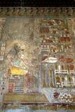 Un geroglifico che descrive Anubis il dio canino dei morti al tempio di Hatshepsut ad Al-Bahari di Deir vicino a Luxor nell'Egitt immagini stock libere da diritti