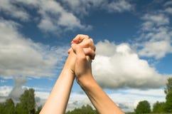 Un geste de l'amitié entre les deux mains Photographie stock