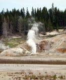 Un geyser de cuisson à la vapeur étant prêt pour souffler Image stock