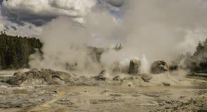 Un geyser nell'azione a vecchio fedele Fotografia Stock