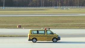 Un giallo seguire-me automobile sulla pista di nord-ovest all'aeroporto internazionale di Francoforte video d archivio