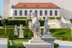 Un giardino floreale con un sentiero per pedoni bianco dietro il castello medievale, Bratislava, Slovacchia immagini stock libere da diritti