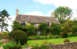 Un giardino inglese tipico del paese nel Cotswolds immagini stock
