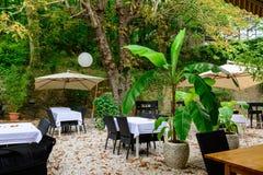 Un giardino ombreggiato del terrazzo in hotel nel sud della Francia Fotografia Stock