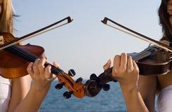 Un giocatore dei due violini Immagini Stock Libere da Diritti