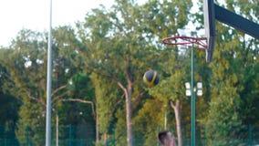 Un giocatore nello streetball fa una schiacciata archivi video