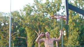 Un giocatore nello streetball fa una schiacciata stock footage