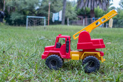 Un giocattolo del camion dei vigili del fuoco nell'iarda di una casa di campagna Fotografie Stock