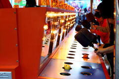 Un gioco dante un schiaffo al carnevale Fotografie Stock