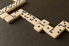 Un gioco dei domino su una tavola scura Il concetto del gioco di immagini stock libere da diritti