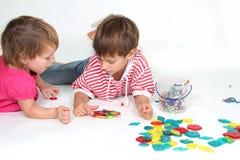 Un gioco dei due bambini Immagine Stock Libera da Diritti