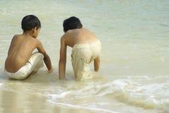 Un gioco dei due ragazzi alla spiaggia Immagine Stock Libera da Diritti
