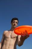 Un gioco del tipo con il frisbee Fotografie Stock Libere da Diritti