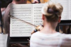 Un gioco della donna violine Fotografie Stock Libere da Diritti