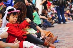 Un gioco della ragazza durante l'attesa della parata del Disney Fotografia Stock