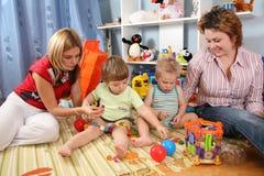 Un gioco delle due madri con i bambini Immagine Stock Libera da Diritti