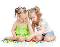 Un gioco delle due sorelle dei bambini insieme Immagini Stock